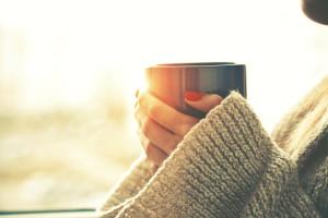 Kaffeebecher to go aus Kunststoff getestet