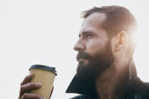 Kaffeebecher to go mit Deckel kaufen: So geht's