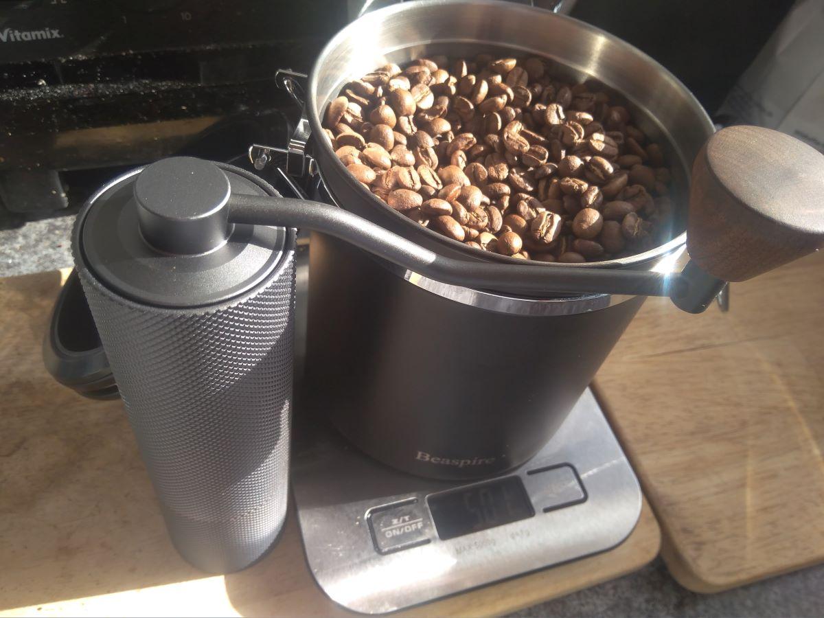 Bohnen und Kaffeemühle im Einsatz