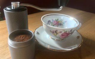 Kaffeetasse und Kaffeemühle