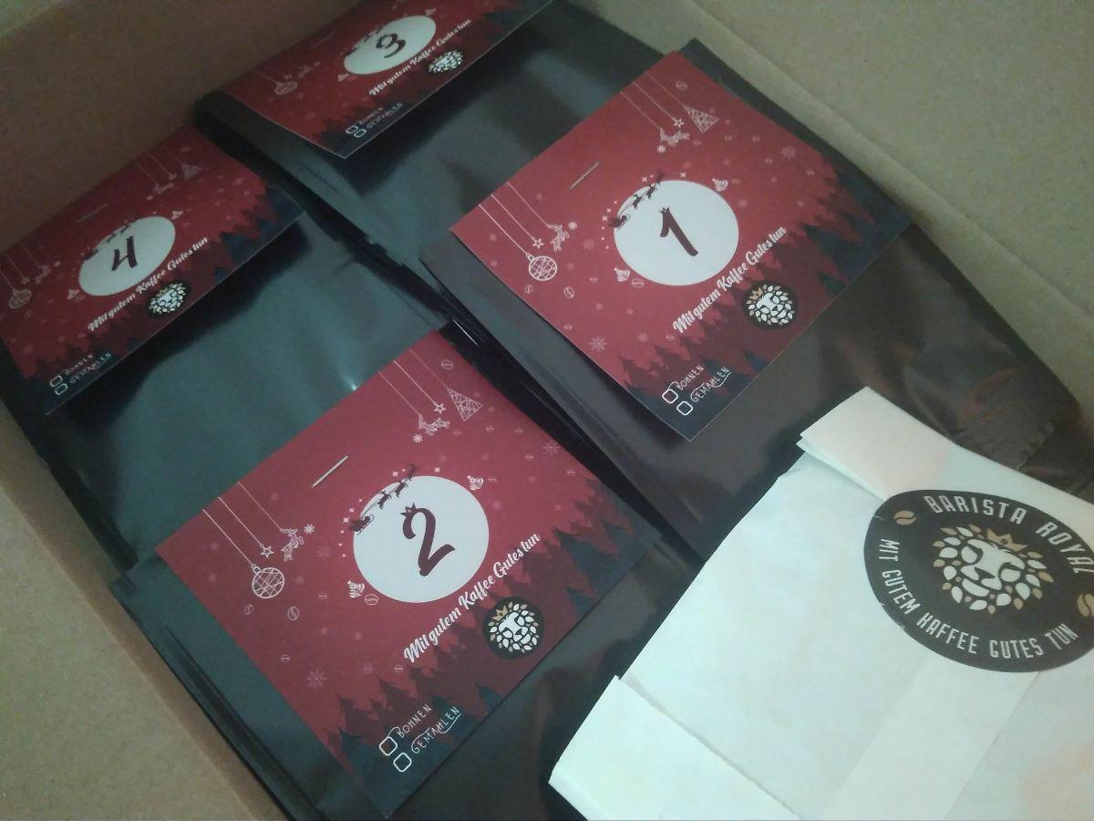 Der Premium Kaffee Adventskalender in Tüten verpackt